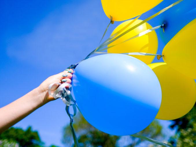 Ballons bleus et jaunes