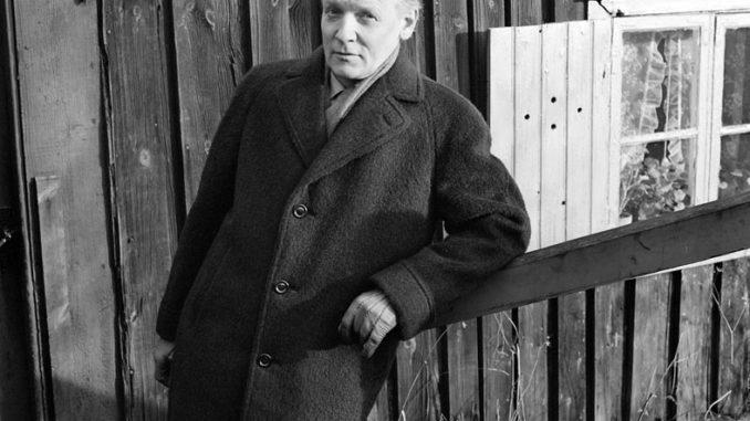 Per Anders Fogelström devant une maison sur Åsöberget, Södermalm, en 1961