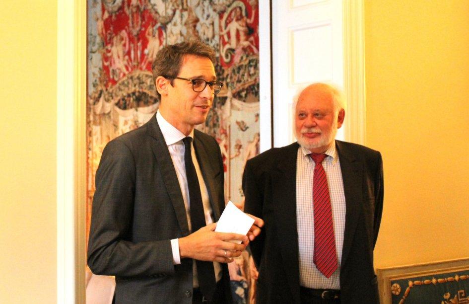 Le journaliste suédois Rolf Gustavsson reçoit les insignes de Chevalier de la Légion d'honneur