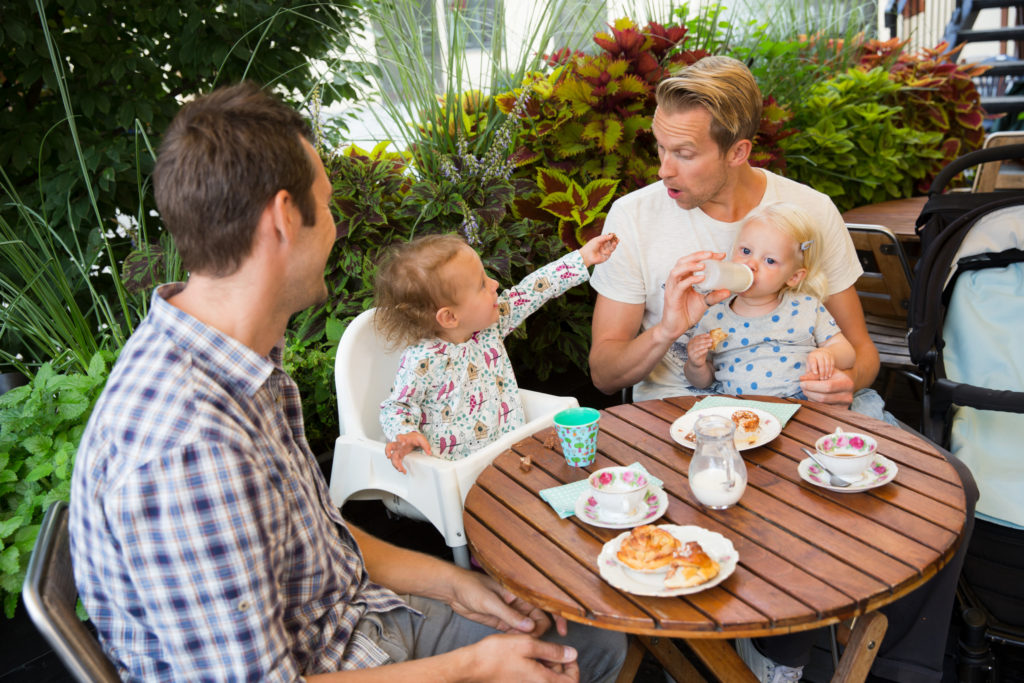 Fika entre pères avec leurs enfants