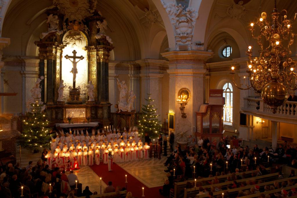 Concert de Lucia tôt le matin dans l'église Gustav Vasa, Stockholm