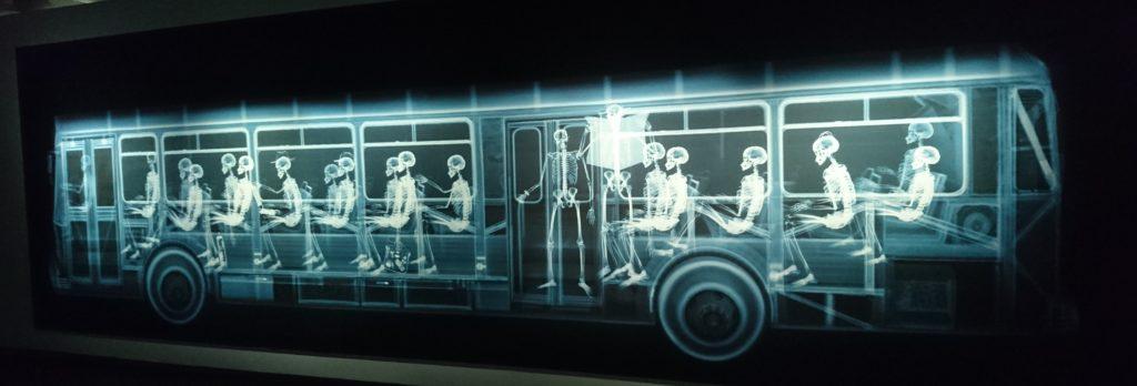 Bus avec passagers, Nick Veasey au Fotografiska