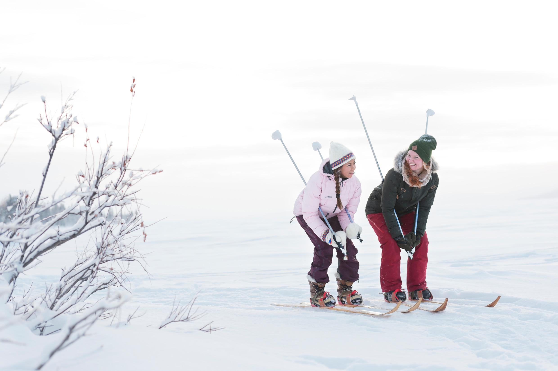 Deux femmes skiant