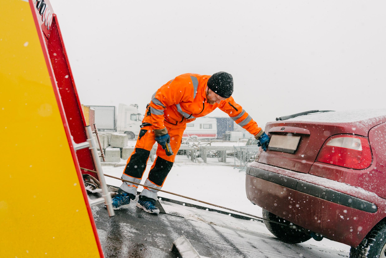 Dépanneuse tractant une voiture dans la neige