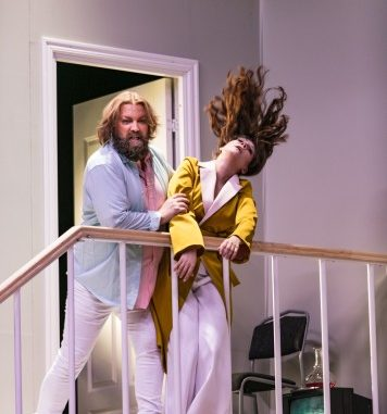 Rickard Söderberg dans le rôle du médecin et Alexandra Büchel dans celui de Madeline