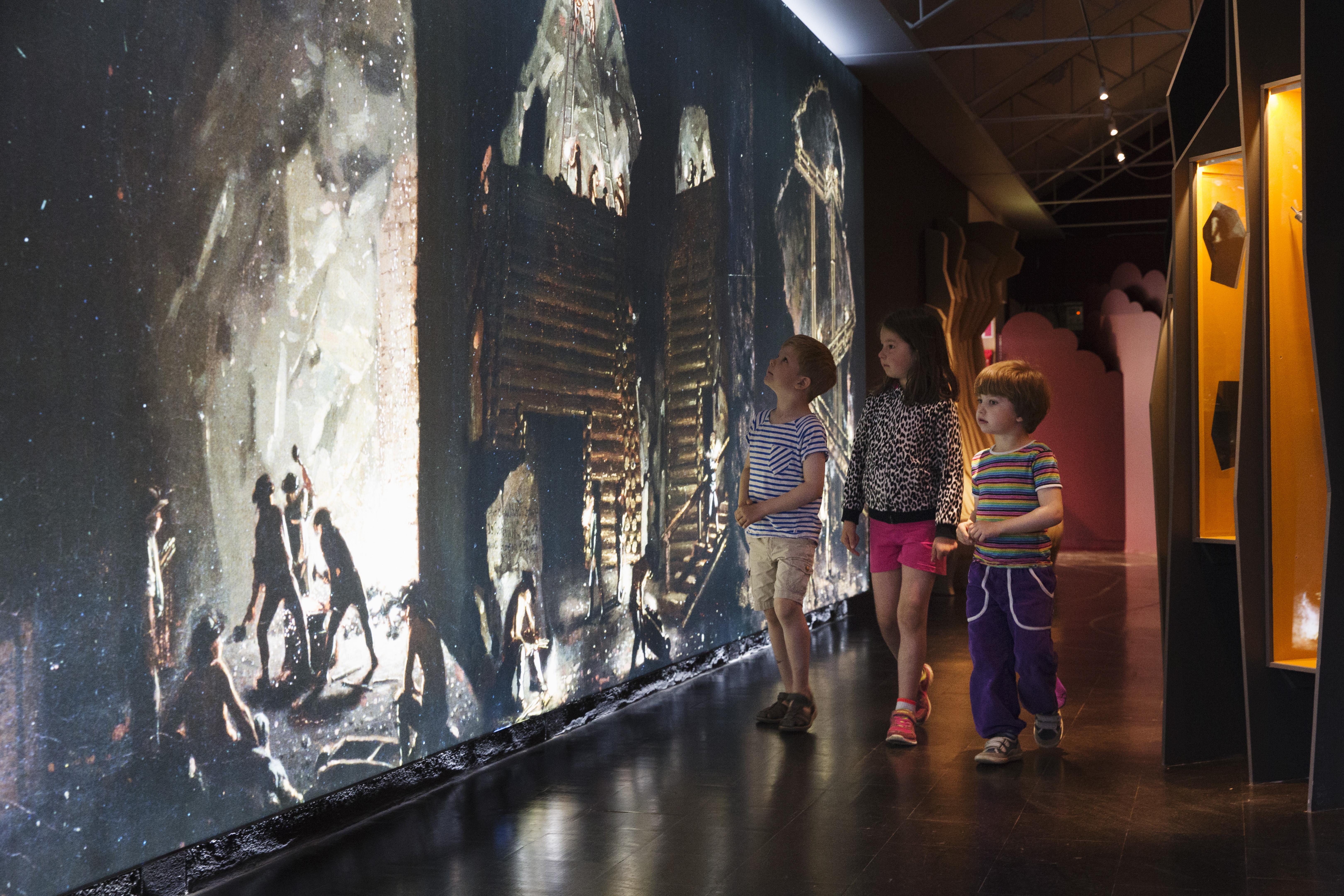 Enfants dans l'exposition du Gruvmuseet