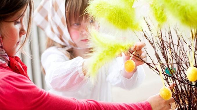 Sorcières de Pâques décorant des branches de plumes