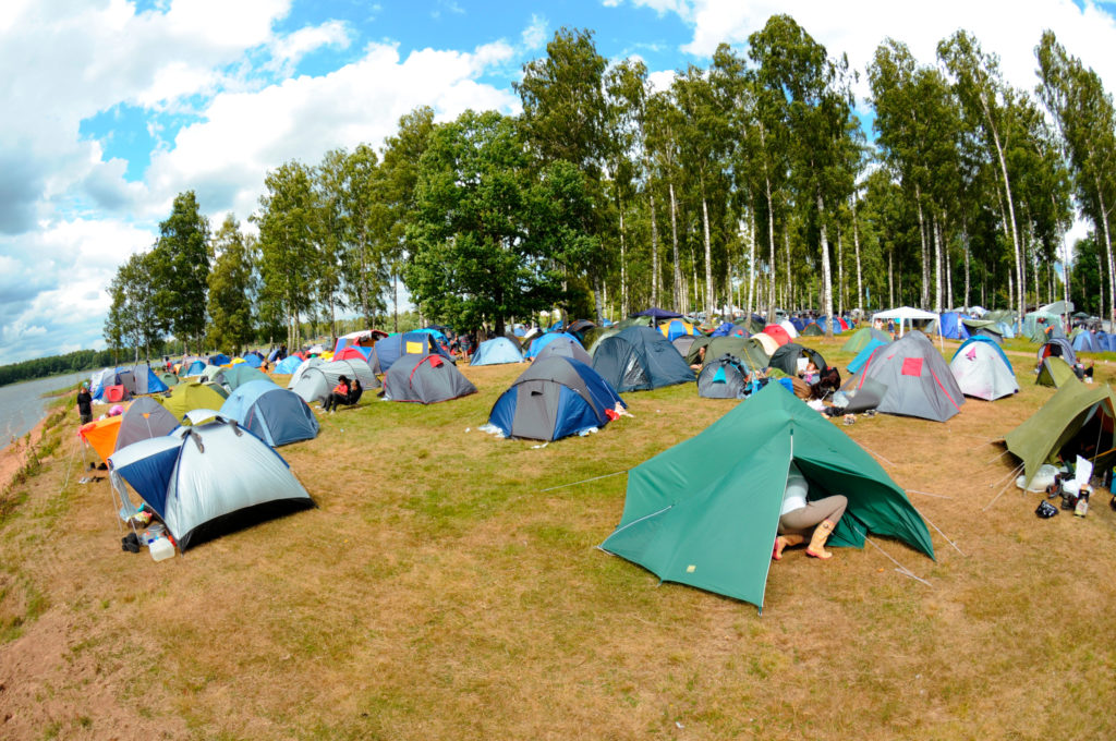 Tentes à proximité d'un festival de musique