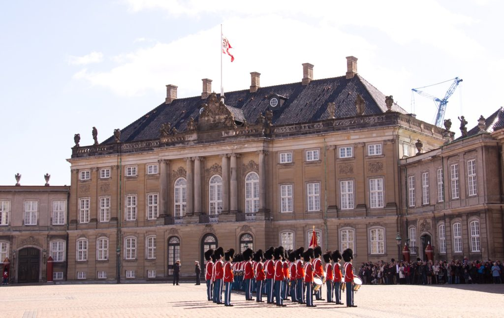 Palais d'Amelienborg avec la garde de Copenhague