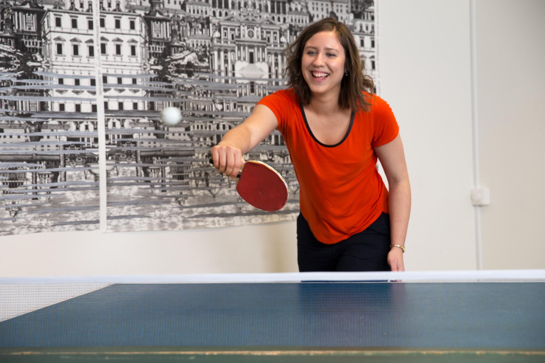 Femme jouant au ping-pong au travail