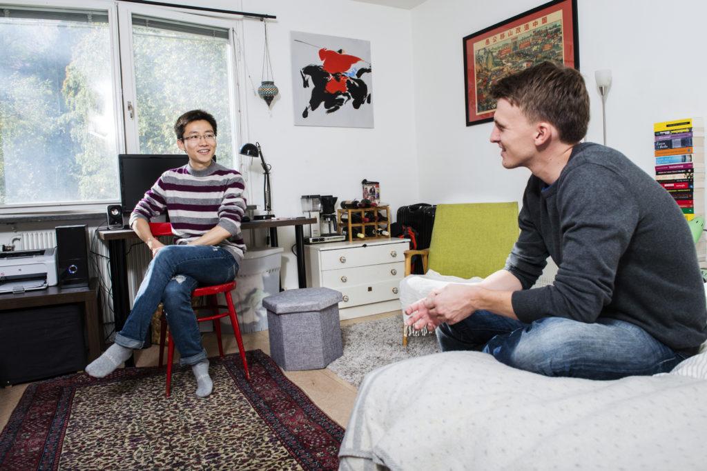 Deux jeunes dans une chambre d'étudiant