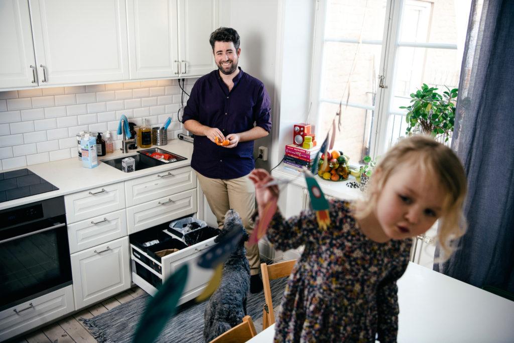 Père et fille aux tâches ménagères