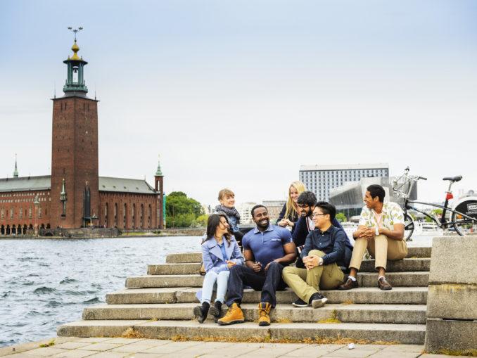 Groupe d'amis sur les escaliers sur Riddarholmen