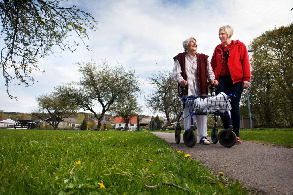 Deux femmes retraités se promenant