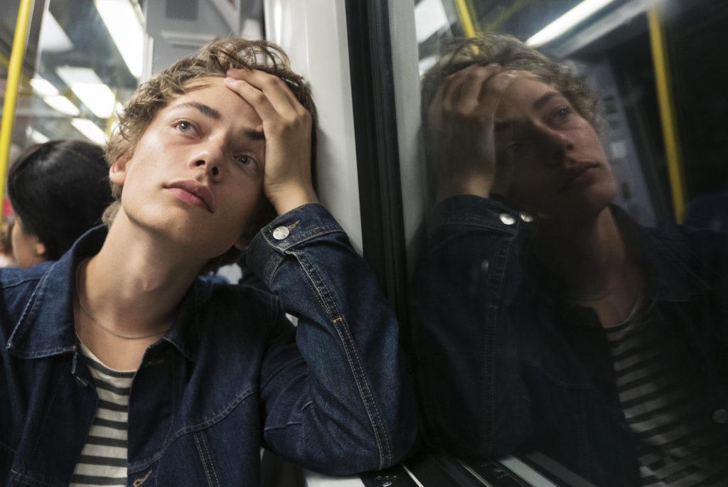 Jeune homme dans le métro de Stockholm