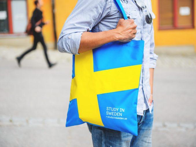 Étudiant portant un sac Study in Sweden