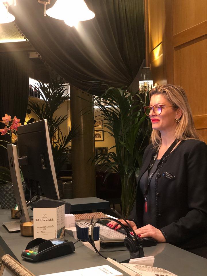 Michelle à la réception d'un hôtel 4 étoiles