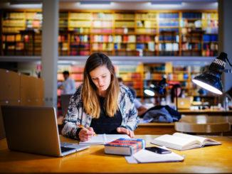 Étudiante dans une biblitothèque universitaire