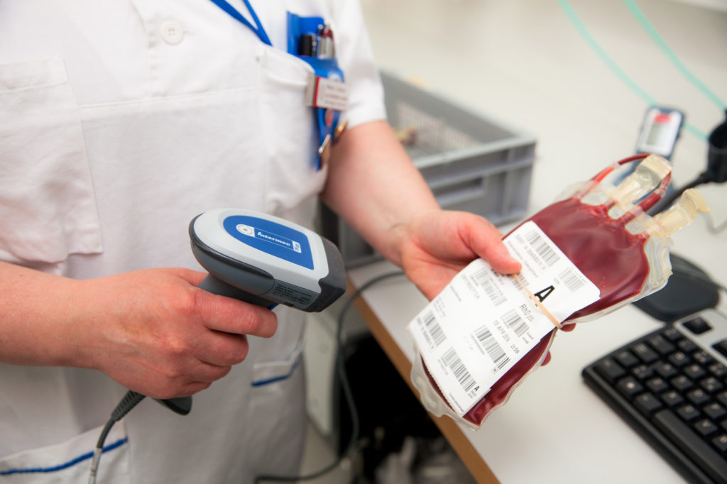 Infirmière scannant une poche de sang
