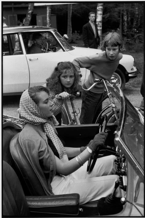 """Tylösand (1956). Cette photographie de Cartier-Bresson, contemporaine des """"Trente Glorieuses"""", pourrait servir d'illustration à l'émancipation précoce des femmes en Suède ainsi qu'au désir d'automobile, au lendemain des temps de pénurie de la guerre."""