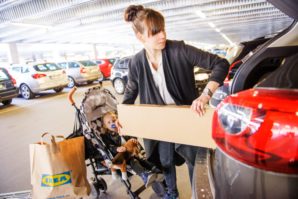 Maman faisant ses courses à IKEA
