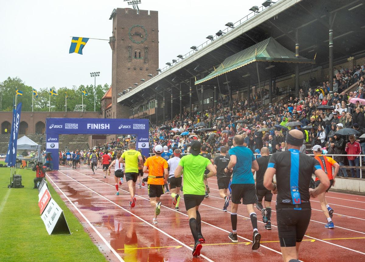 Arrivée pluvieuse dans le stade olympique. ©Marathon de Stockholm, 2019
