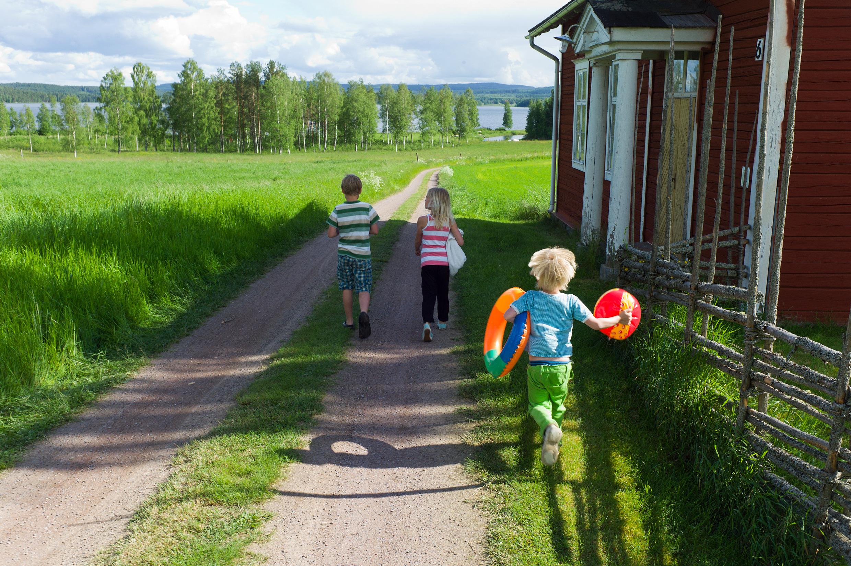 Enfants allant à la plage