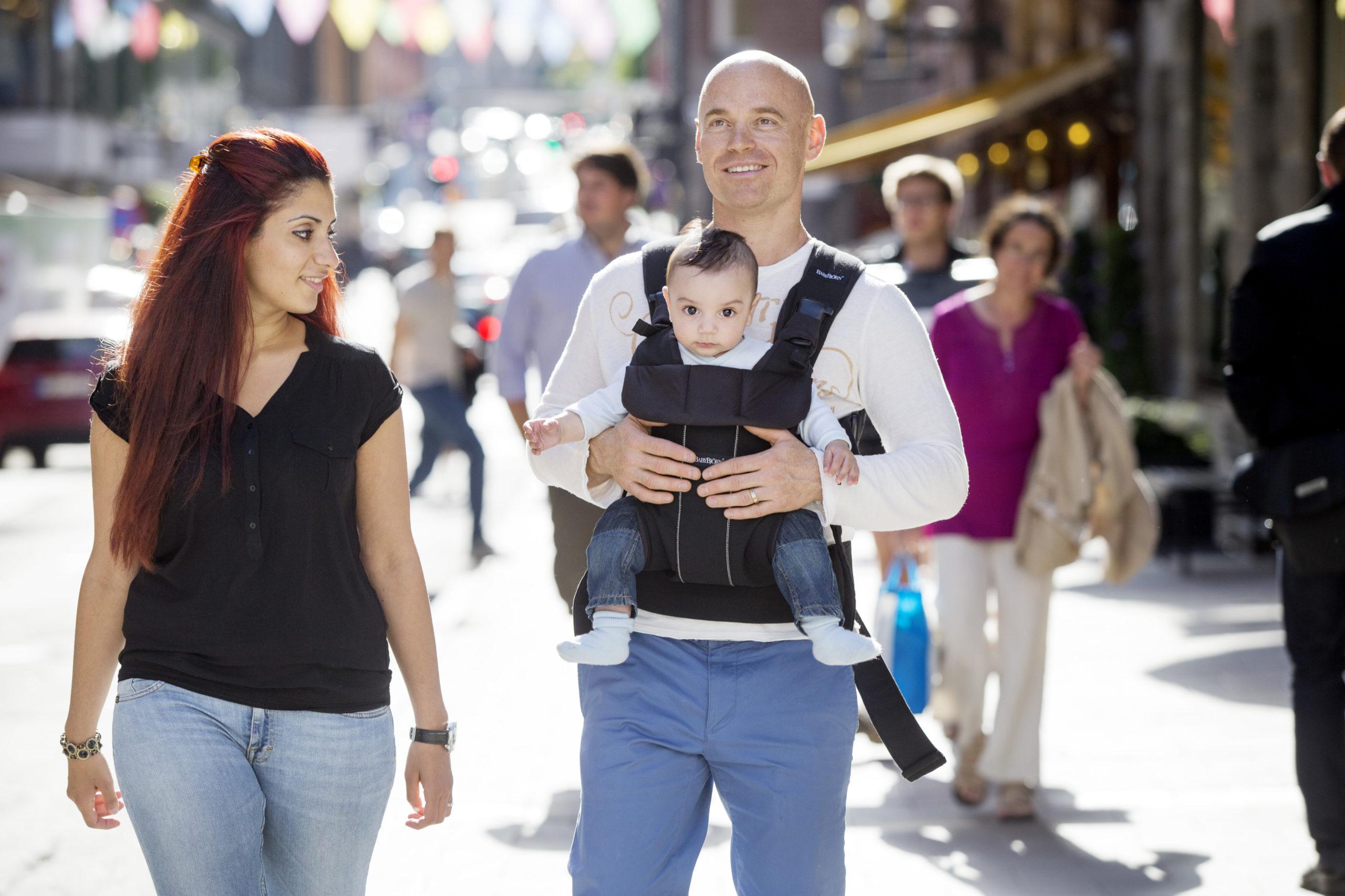 Père portant son enfant sur le ventre