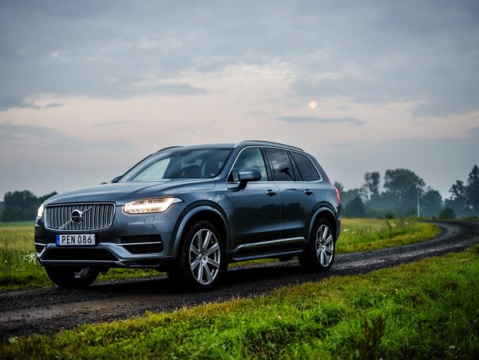 Voiture Volvo sur une route de campagne