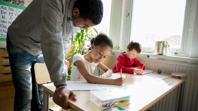Professeur et élèves en école primaire suédoise.