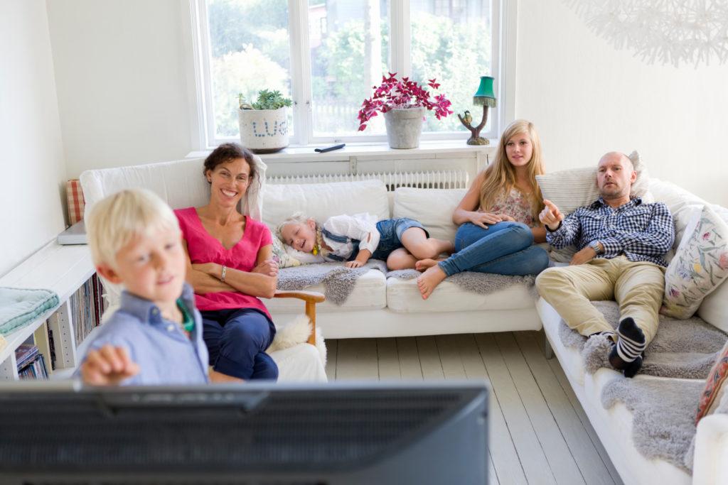 Famille regardant la télé