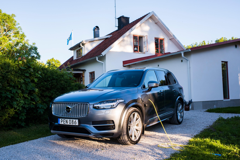 Voiture électrique devant une maison suédoise