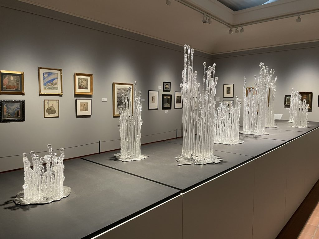 """Vue d'emsemble de l'exposition, avec la """"Forêt gelée"""" d'Elisabeth Eriksson, verre et étain,2020"""